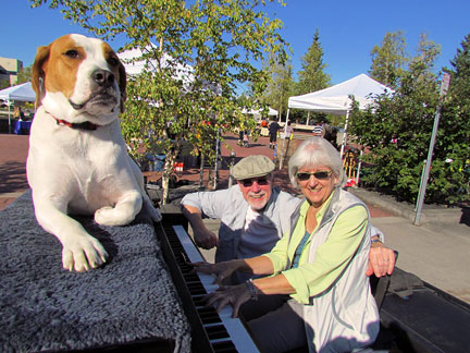 Traveling piano piano man danny kean with dog mo and friends on the i drove into the center of the town and found a farmers market with different types of stands setting up it was perfect because i was not out to play for solutioingenieria Gallery